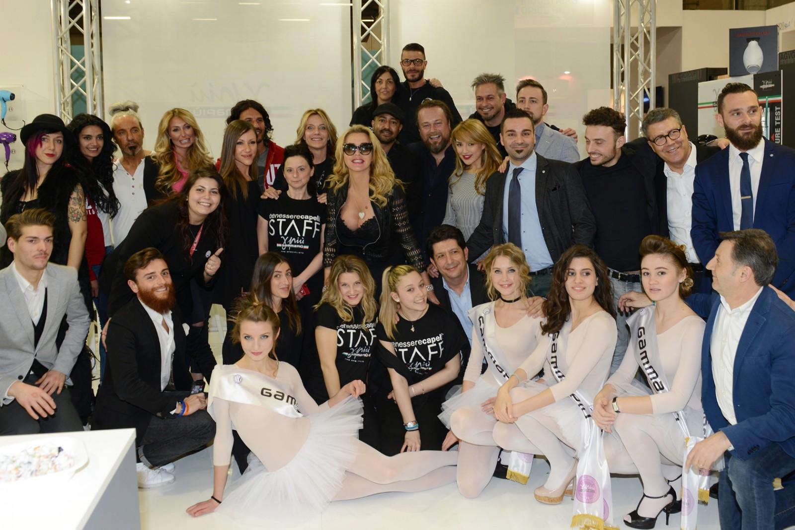 Il team Gamma Più insieme a personaggi dello spettacolo